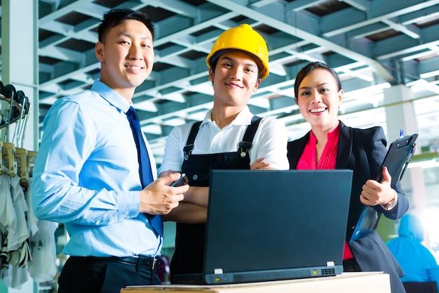 Arbeiter, produktionsleiter und eigentümer in der fabrik Premium Fotos