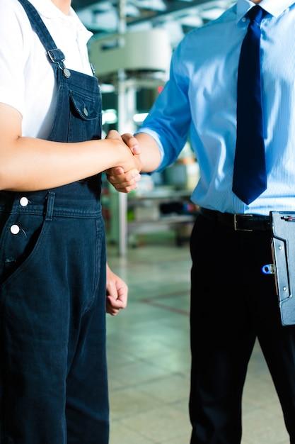 Arbeiter und produktionsleiter in einer fabrik Premium Fotos