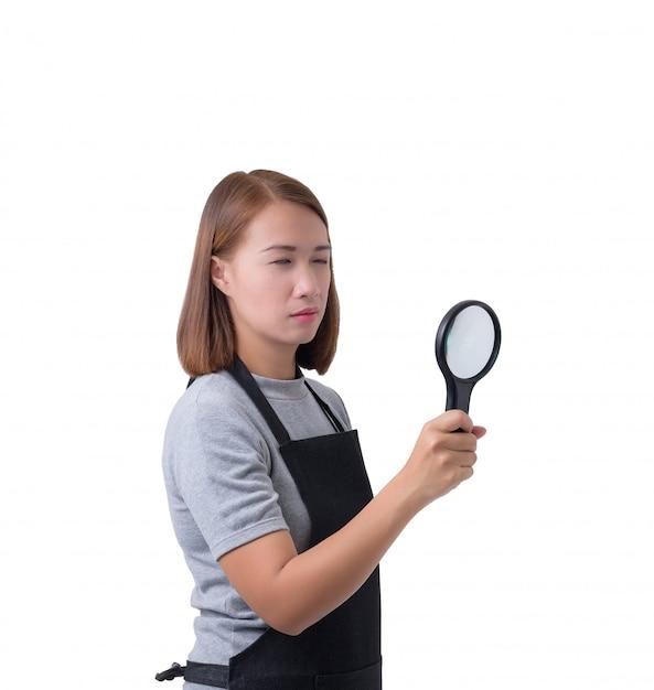 Arbeitnehmerin, ermittler im grauen hemd und schutzblech hält oder schaut mit lupe Premium Fotos