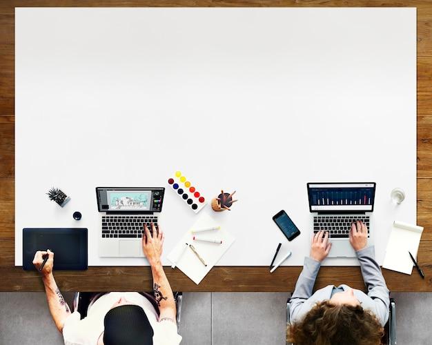 Arbeits-büro-zusammenarbeits-grafik-statistik-konzept Premium Fotos