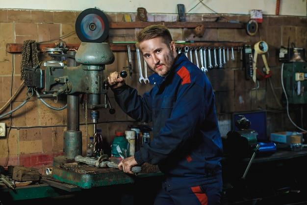 Arbeitsablaufmechaniker in einer autogarage. auto-service-konzept. Premium Fotos