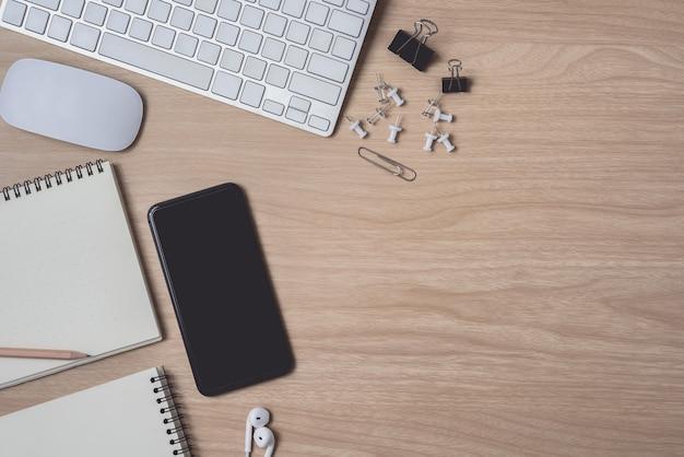 Arbeitsbereich mit tagebuch, zwischenablage, mauscomputer, tastatur und smartphone Premium Fotos