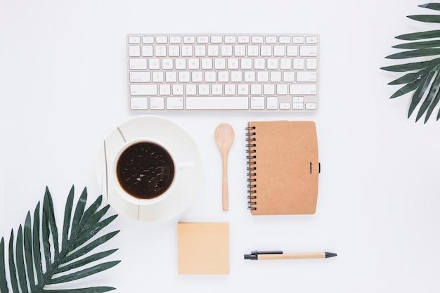 Arbeitsbereich mit tastatur tasse und stationär Kostenlose Fotos