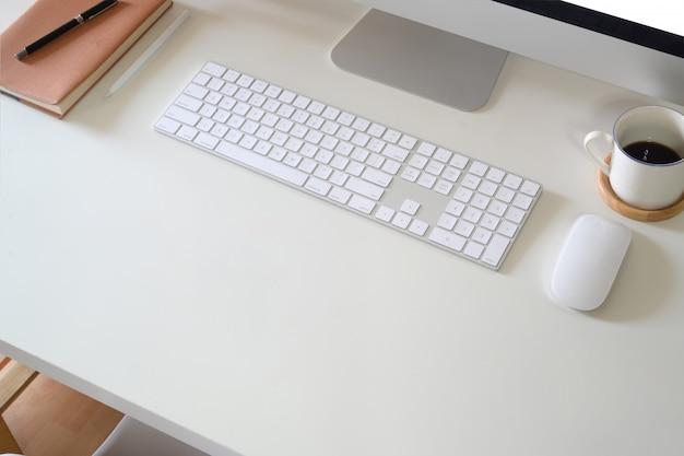 Arbeitsbereich schreibtisch mit computer und bürobedarf Premium Fotos