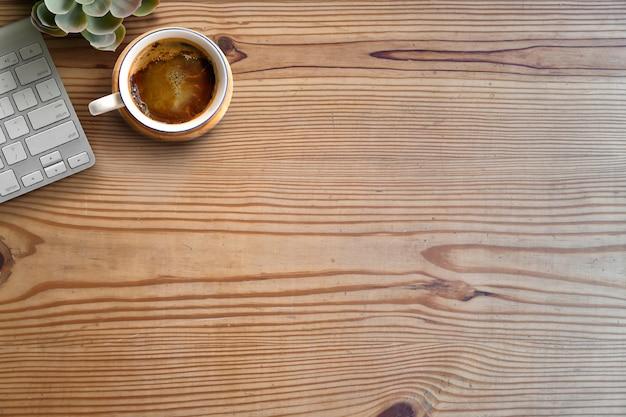Arbeitsbereich und textfreiraum. computer und kaffee auf holztisch. Premium Fotos