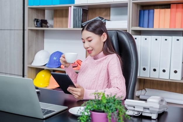 Arbeitsbüro der jungen frau. Kostenlose Fotos