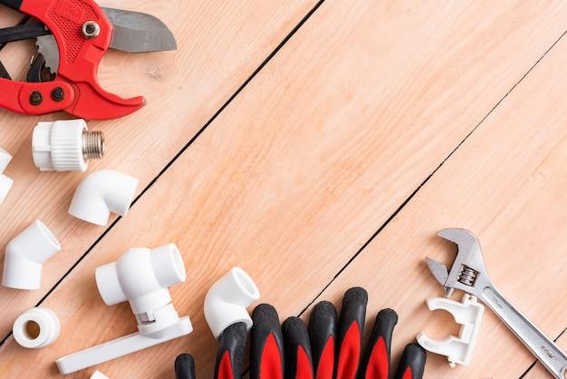 Arbeitshandschuhe und ein cutter für polypropylenrohre. Premium Fotos