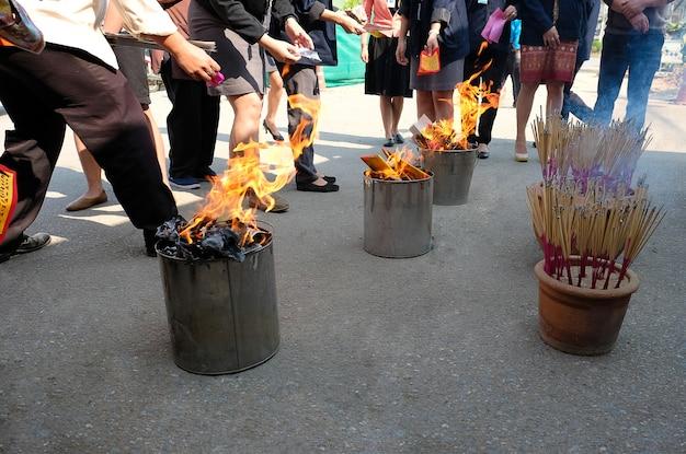 Arbeitskräfte, die gefälschtes papiergeld auf chinesischem neujahrsfest brennen Premium Fotos