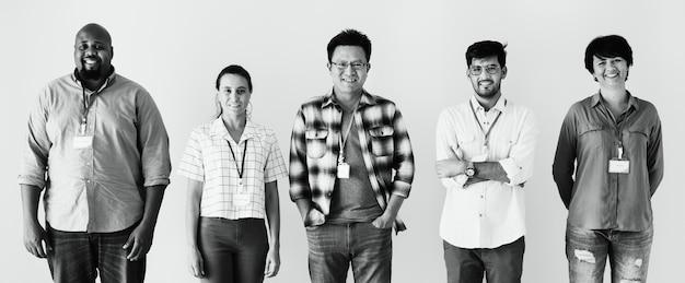 Arbeitskräfte, die zusammen verschiedenartigkeit stehen Kostenlose Fotos