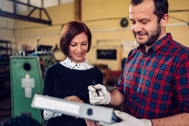 Arbeitskraft an unterzeichnendem dokument der herstellungsfabrik Premium Fotos