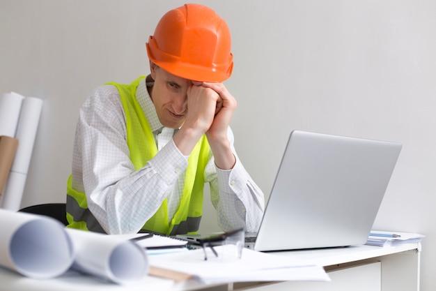 Arbeitslosigkeit. mann baumeister ingenieur in einem helm, ohne arbeit, depression und verzweiflung Premium Fotos