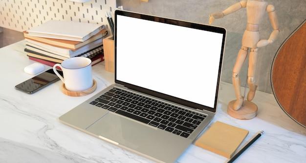 Arbeitsplatz des designers mit laptop des leeren bildschirms Premium Fotos