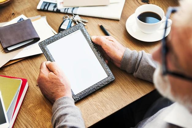 Arbeitsplatz-digital-tabletten-kopien-raum-konzept Premium Fotos