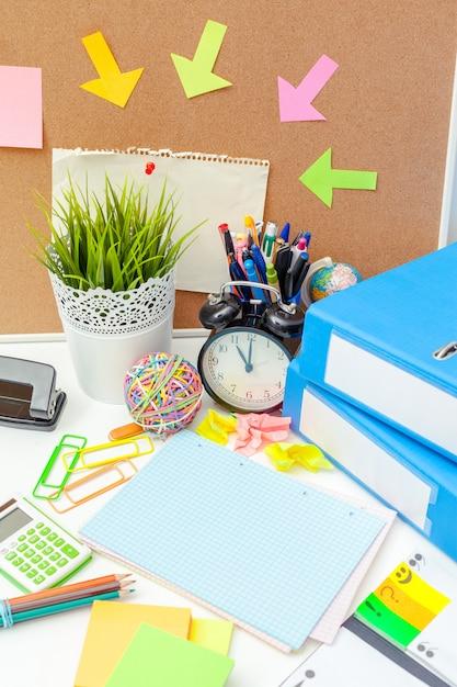 Arbeitsplatz einer kreativen person mit einer vielzahl von bunten briefpapiergegenständen Premium Fotos