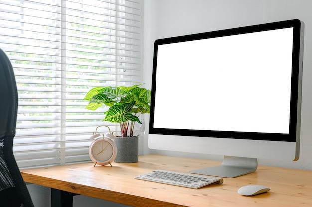 Arbeitsplatz mit computer mit leerem bildschirm und bürozubehöre Premium Fotos