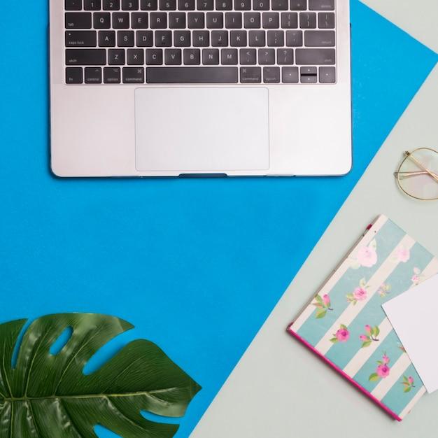 Arbeitsplatz mit grauem und blauem hintergrund Kostenlose Fotos