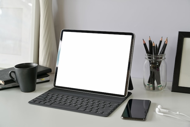 Arbeitsplatz mit modelltablette des leeren bildschirms Premium Fotos