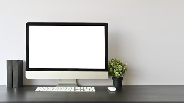 Arbeitsplatz-pc-computer und -bücher auf schwarzem schreibtisch und kopienraum. Premium Fotos