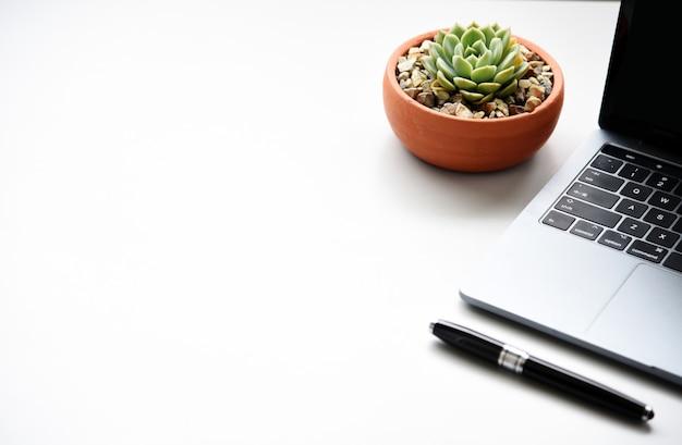 Arbeitsplatz schreibtisch mit laptop und geschäfts- und technologiekonzept Premium Fotos