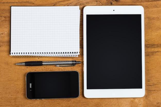 Arbeitsplatz. telefon, tablet und notizblock auf dem tisch Kostenlose Fotos