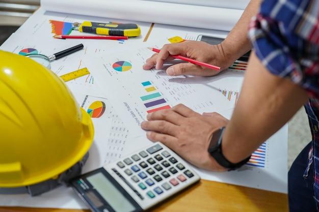 Arbeitsprojekt des architekten oder des ingenieurs mit werkzeugen im büro, baukonzept. Premium Fotos