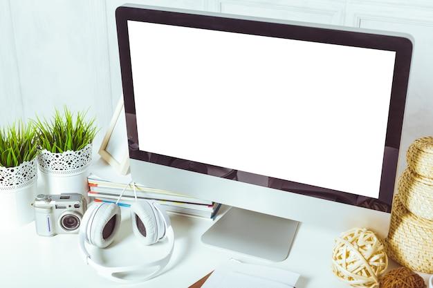 Arbeitstisch mit computer Premium Fotos