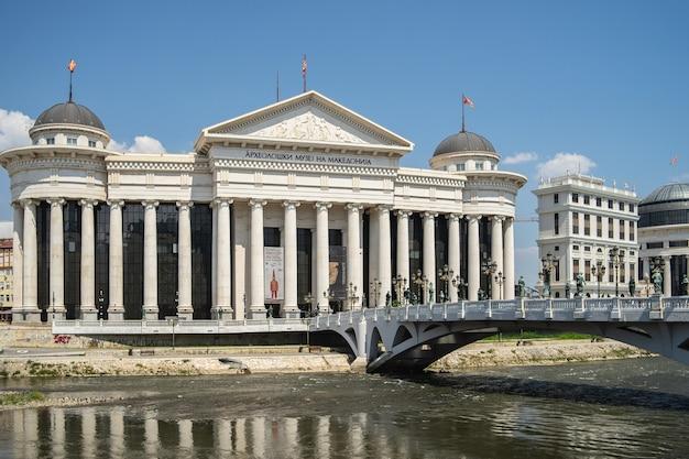 Archäologisches museum von mazedonien, umgeben von einem fluss mit einer brücke darauf in nordmakedonien Kostenlose Fotos