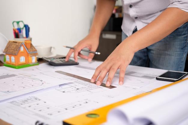 Architekt berechnet ingenieurstrukturen mit taschenrechnern. Premium Fotos