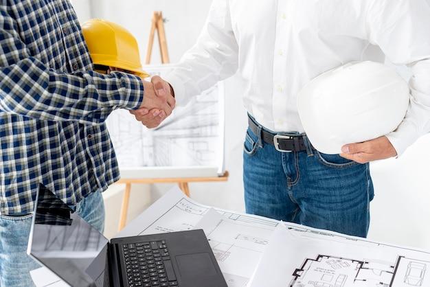 Architekt, der das projekt verhandelt Kostenlose Fotos
