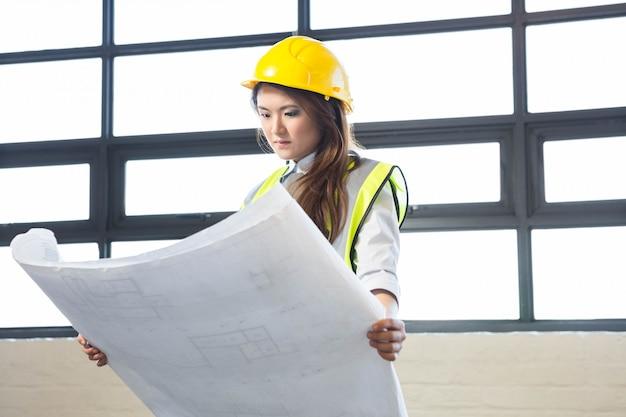 Architekt, der plan im büro betrachtet Premium Fotos
