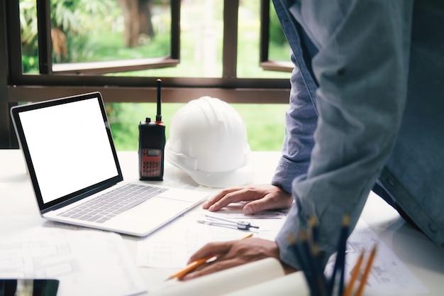 Architekt oder ingenieur, die im büro arbeiten Premium Fotos