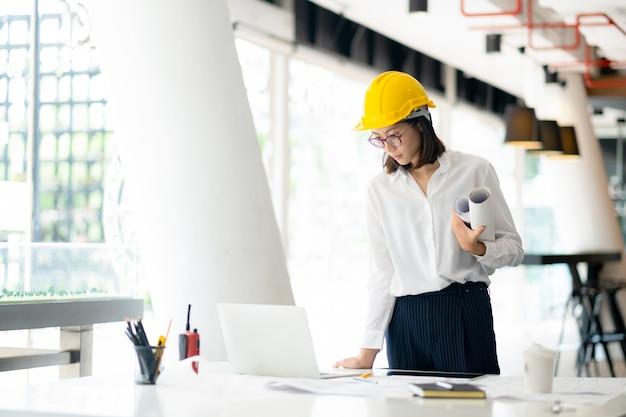 Architekt oder ingenieur im büro arbeiten Premium Fotos