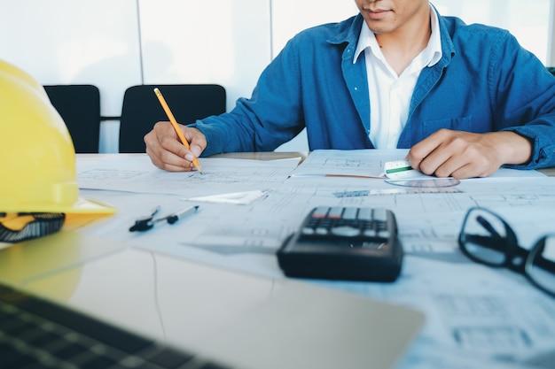 Architekt oder ingenieur im büro Premium Fotos