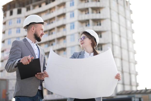 Architekt zwei, der zusammen an architekturprojekt am architekturprojekt arbeitet Kostenlose Fotos