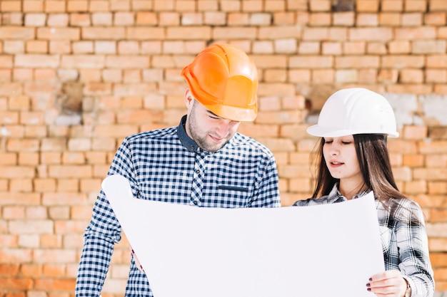 Architekten vor backsteinmauer Kostenlose Fotos