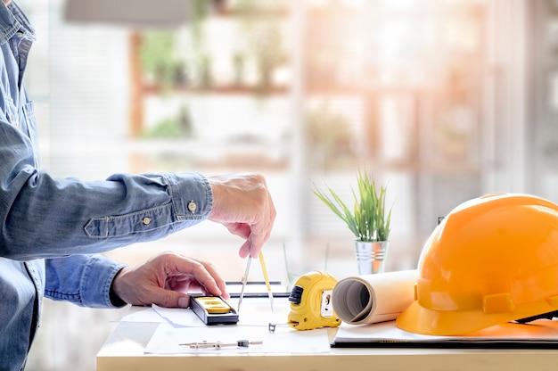 Architektenhände, die an plan mit ziehwerkzeugen im büro arbeiten. Premium Fotos