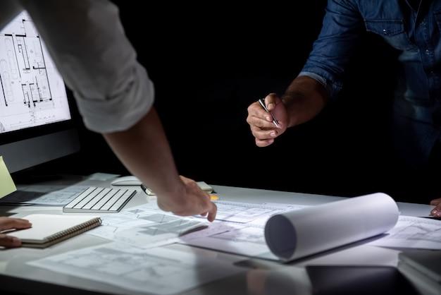 Architektenteam, das planpapier im büro bespricht Premium Fotos