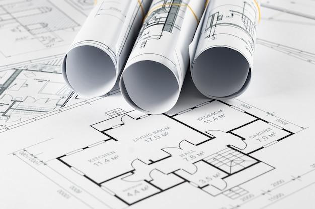 Architektonische konstruktionszeichnungen zu einer rolle verdreht, bauprojekte auf papier. Premium Fotos