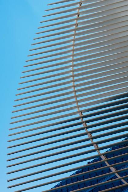 Architektonische moderne struktur auf hintergrund des blauen himmels Kostenlose Fotos