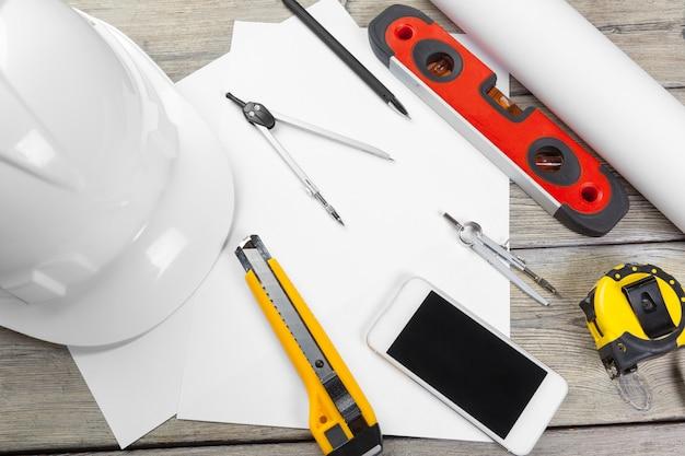 Architektonische zeichnungen. instrumente auf dem arbeitstisch. leeres blatt papier Premium Fotos