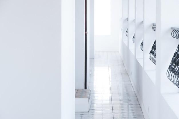 Architekturkorridor, klassisches weißes innenhotel, gehweggebäude am bestimmungsort Premium Fotos