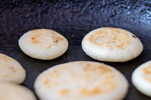 Arepas in der pfanne kochen Premium Fotos
