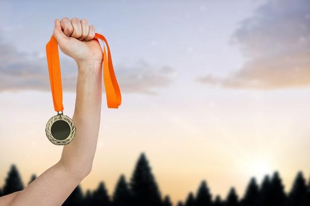 Arm mit einer medaille Kostenlose Fotos
