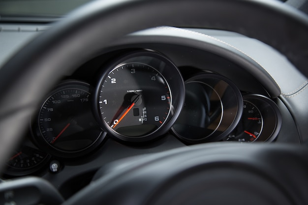 Armaturenbrett eines luxusautos unter den lichtern Kostenlose Fotos