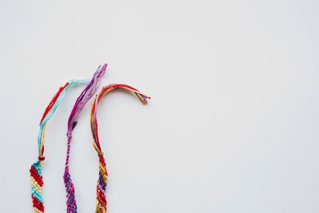 Armbänder hergestellt vom thread auf weißem hintergrund Kostenlose Fotos