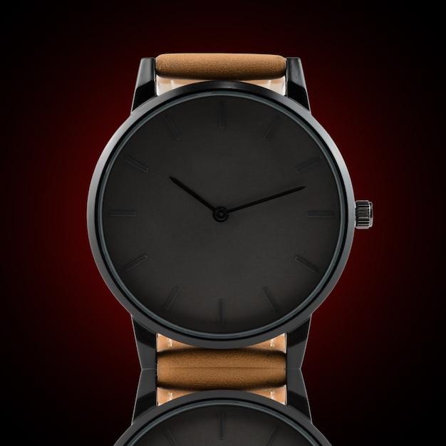 Armbanduhr lokalisiert auf schwarzem hintergrund Premium Fotos