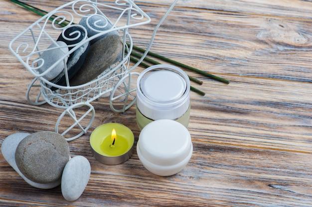Aromasticks, kieselsteine und brennende kerze Premium Fotos