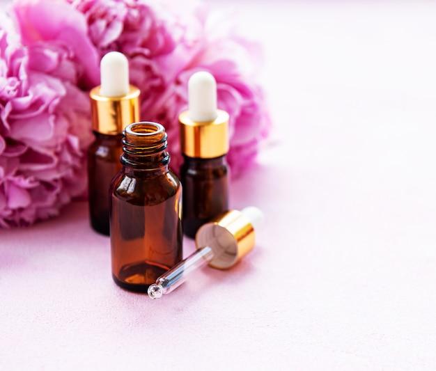 Aromatherapie ätherische öle und rosa pfingstrosen Premium Fotos