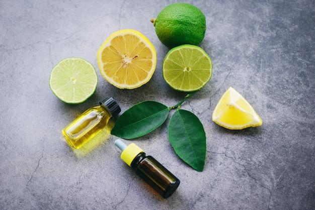 Aromatherapie-kräuterölflaschenaroma mit limettenzitrone verlässt kräuter mit draufsicht der kerzenformulierungen - ätherische öle Premium Fotos