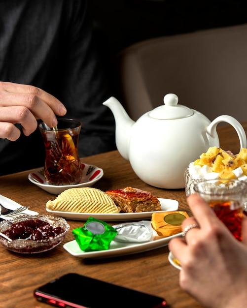 Aromatisierter tee mit marmelade und ð ° null nationalen süßigkeiten Kostenlose Fotos